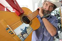 Jose Ram—n Contreras originario de Ray—n Sonora deleita a las personas que caminan por el centro con su guitarra y su arm—nica en la ciudad y apesar de que la vida no le sonr'e como el quisiera el le sonr'e y le gusta hacer sonre'r a la gente alegrandolas con sus canciones