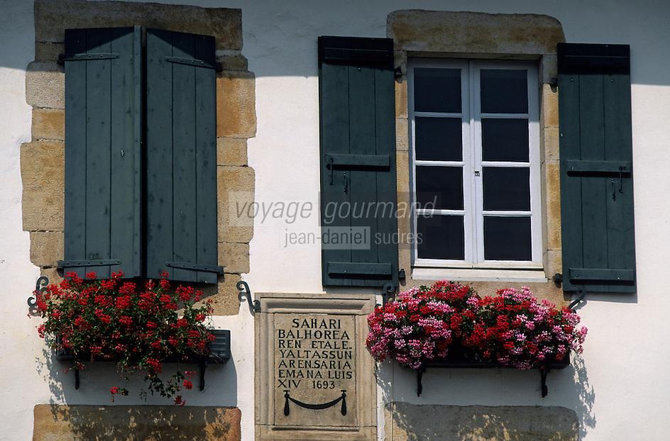 Europe/France/Aquitaine/64/Pyrénées-Atlantiques/Sare: Détail d'une maison basque - fenêtre et volet