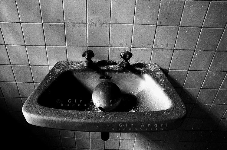 il lavandino dei abgni dell'ex carcere san Donnino di Como