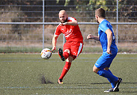 Yannick Walter (Büttelborn) spielt den Ball nach vorne - Büttelborn 09.09.2018: SKV Büttelborn vs. SV Münster