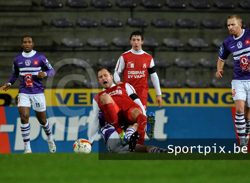 Beerschot AC - KV Kortrijk : Dalibor Veselinovic onderuit gehaald door Peter Van Der Heyden.foto VDB / BART VANDENBROUCKE