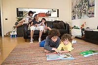 homeschooling, educazione parentale, educazione domestica.Ogni locale è adatto per studiare. I più grandi aiutano i fratelli minori.