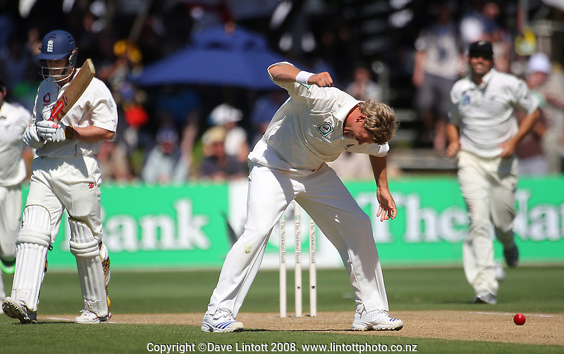 Jacob Oram celebrates dismissing Andrew Strauss. National Bank Test Match Series, New Zealand v England, 2nd Test at Allied Prime Basin Reserve, Wellington, New Zealand. Day 3. Saturday, 15 March 2008. Photo: Dave Lintott / lintottphoto.co.nz