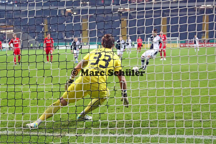 Joselu (Eintracht) erzielt das 2:0 per Elfmeter gegen Manuel Riemann (SVS) - Eintracht Frankfurt vs. SV Sandhausen, DFB-Pokal, Commerzbank Arena