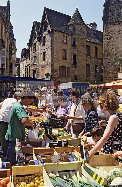 Europe/France/Aquitaine/24/Dordogne/Vallée de la Dordogne/Périgord/Périgord Noir/Sarlat-la-Canéda: Jour de marché place de la Liberté