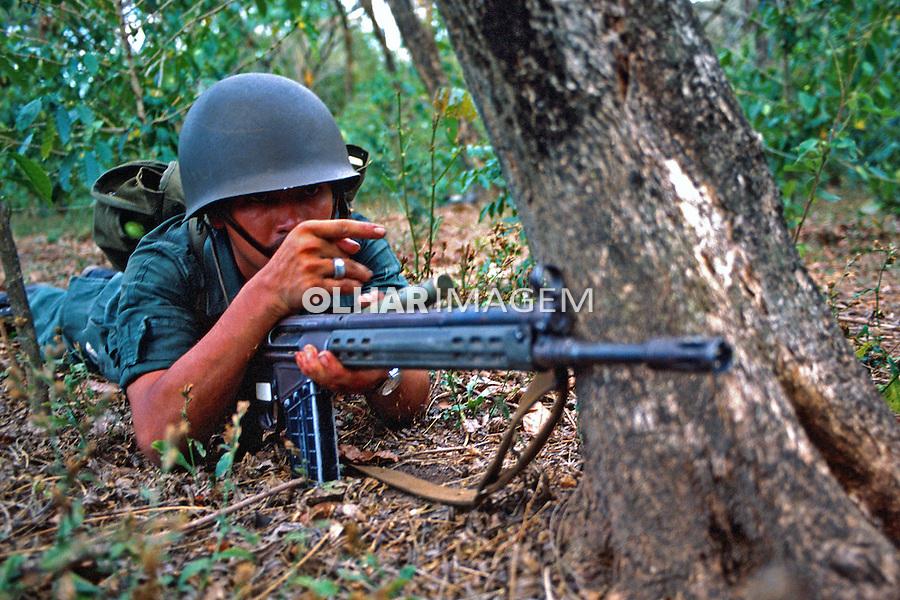 Tropas em combate na guerra civil de El Salvador. 1981. Foto de Juca Martins.