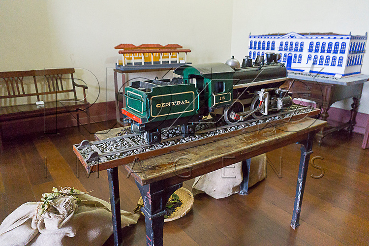 Maquete de trem reproduzindo transporte de café no Museu de Antropologia do Vale do Paraíba, Jacareí - SP, 06/2016