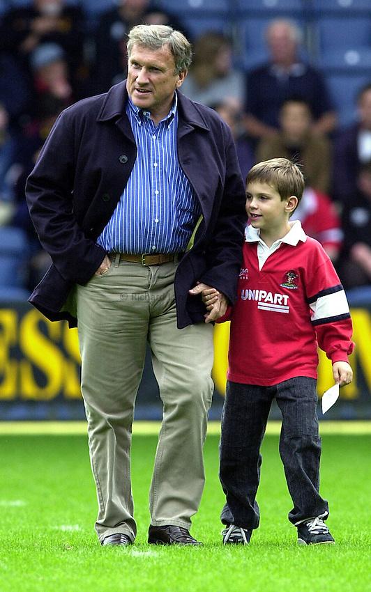 Photo. Richard Lane. .Wasps v Gloucester. Zurich Premiership. 17/9/2000.Tom Walkinshaw with his six year old son Sean.