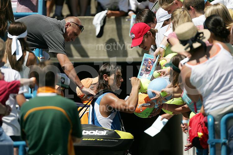 Tennis Masters Series Cincinnati Western&Southern Financial Group Masters 2006 Rafael NADAL (ESP) schreibt Autogramme, Fans, signs autographs, Zuschauer, Beliebtheit.