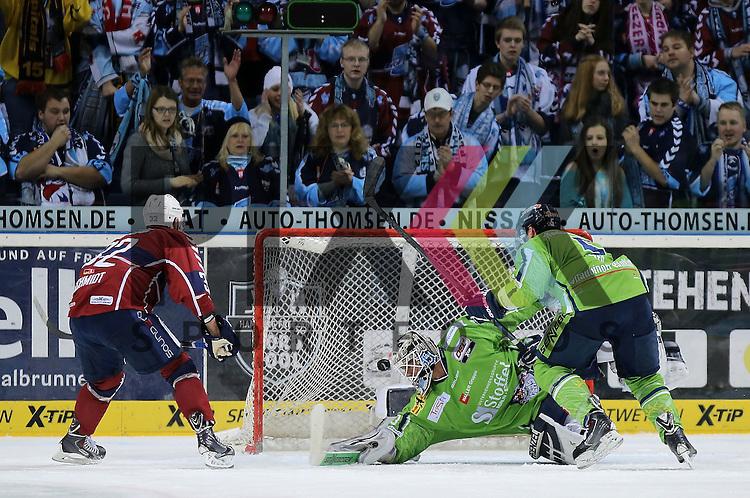 Das Tor zum 1:1 Torsch&uuml;tze Kevin Schmidt (Hamburg, l.) trifft gegen Goalie Jason Bacashihua (Straubing) rechts kommt Dylan Yeo  (Straubing) zu sp&auml;t im Spiel in der DEL, Hamburg Freezers - Straubing Tigers.<br /> <br /> Foto &copy; P-I-X.org *** Foto ist honorarpflichtig! *** Auf Anfrage in hoeherer Qualitaet/Aufloesung. Belegexemplar erbeten. Veroeffentlichung ausschliesslich fuer journalistisch-publizistische Zwecke. For editorial use only.