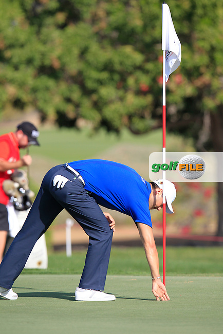 Justin Rose (ENG) chips from a bunker at the 1st green and holes it during Friday's Round 2 of the Abu Dhabi HSBC Golf Championship 2015 held at the Abu Dhabi Golf Course, United Arab Emirates. 16th January 2015.<br /> Picture: Eoin Clarke www.golffile.ie