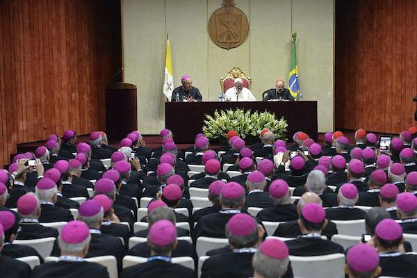 PAPA FRANCISCO EN BRASIL<br /> <br /> RDJ22. RIO DE JANEIRO (BRASIL), 27/07/2013.- El papa Francisco (c) durante un encuentro con obispos, arzobispos y cardenales, dentro de los actos de la XXVIII Jornada Mundial de la Juventud (JMJ) que ha tenido lugar en Rio de Janeiro, Brasil, hoy 27 de julio de 2013. EFE/EPA/LUCA ZENNARO / POOL