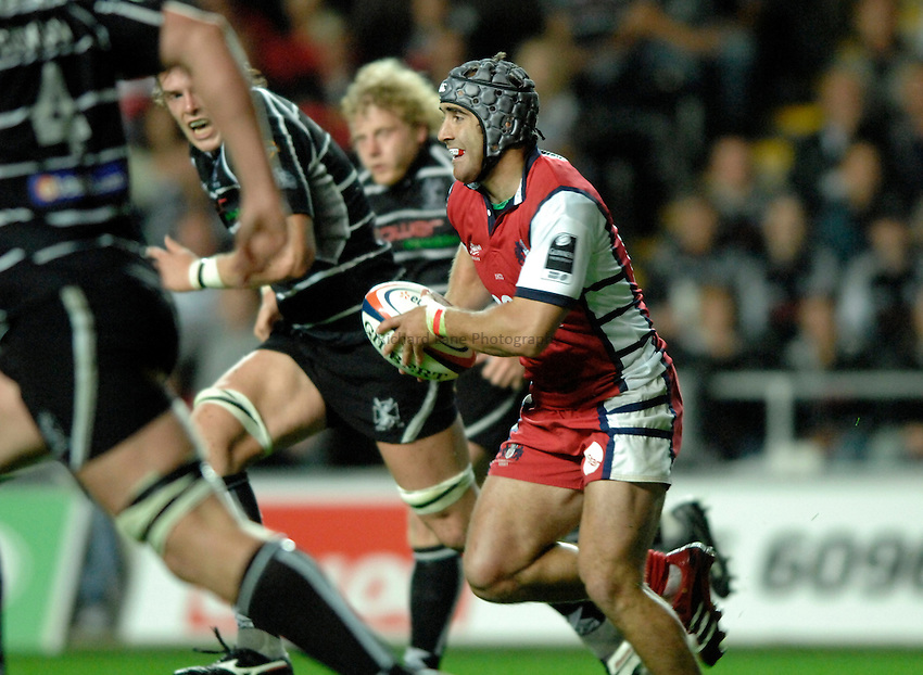 Photo: Richard Lane..Ospreys v Gloucester Rugby. EDF Anglo-Welsh Cup. 29/09/2006. .Gloucester's James Merriman attacks.