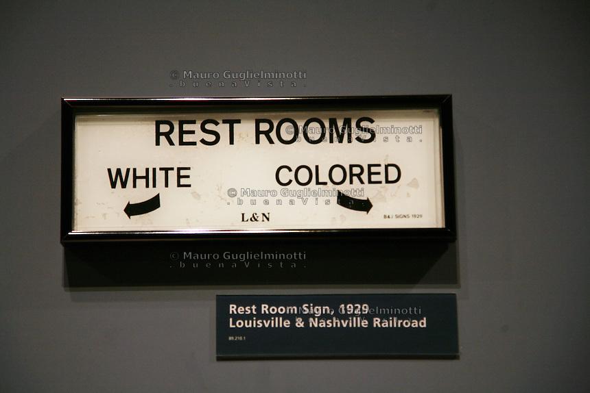 Detroit: Ford Museum Apartheid. Bagni separati per bianchi e neri.  MAURO GUGLIELMINOTTI Archive