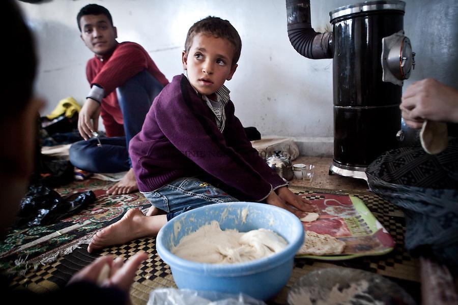 Six families are living a school of nort-east Aleppo. Most of them have lost their house, bombed by a MIG or had to leave their neigboorhoud due to the high risk of being bombed. Those 12 families represnt more than 30 people, most of them children. Everyday, they have to find solution to the shortage of water and bread..Six familles  vivent dans une école du Nord-Est d'Aleppo. La plupart ont perdu leurs maisons, détruites par un avion de guerre ou a du quitter leur quartier devenu trop dangereux. Ces 6 familles représentent 30 personnes, en majorité des enfants. Tous les jours, ils doivent trouver des solution au manque de pain et d'eau. ..