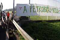 PAULINIA, SP 31.01.2019-REPLAN-Um grupo de funcion&aacute;rios da Replan, localizada em Paul&iacute;nia (SP), se reuniu na manh&atilde; desta quinta-feira (31) em um ato contra a poss&iacute;vel privatiza&ccedil;&atilde;o da Petrobras. O protesto foi convocado pelo Sindicato dos Petroleiros do Estado de S&atilde;o Paulo (SindiPetro SP) ap&oacute;s rumores de que um grupo de poss&iacute;veis compradores faria uma visita &agrave; refinaria.<br /> Os funcion&aacute;rios ficaram concentrados na entrada da refinaria, convocando aqueles que chegavam a participar. De acordo com o sindicato, 400 pessoas participaram do ato. (Foto: Denny cesare/Codigo19)