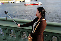 GREAT BRITAIN, London, asian tourist with selfie camera at river Thames / GROSSBRITANNIEN, London, asiatische Touristin mit Selfie Kamera an der Themse vor Big Ben