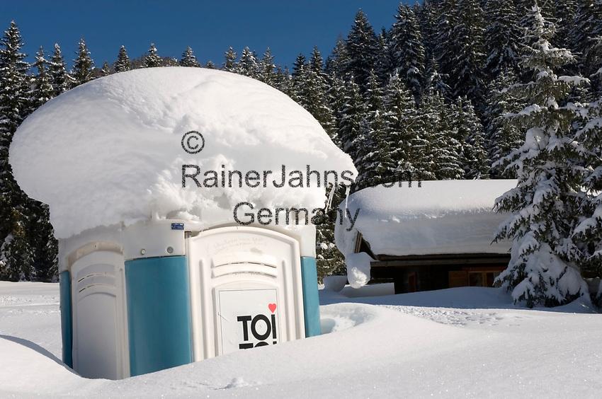 Deutschland, Bayern, Chiemgau, Reit im Winkl: eingeschneite TOI TOI Mobiltolilette - was nun? | Germany, Bavaria, Chiemgau, Reit im Winkl: mobile toilet snowed in - what now?