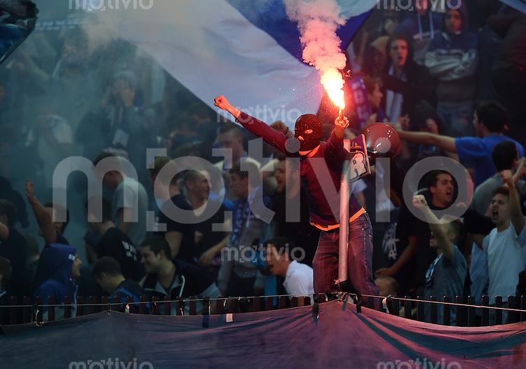 FUSSBALL   INTERNATIONAL   UEFA EUROPA LEAGUE   SAISON 2014/2015 FC Zuerich - VfL Borussia Moenchengladbach    02.10.2014 FC Zuerich Fan mit einem Feuerwerkskoerper in der Suedkurve im Letzigrund Stadion