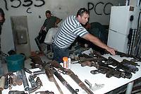 SAO PAULO, SP, 24 MAIO 2012 - APREENSAO IPIRANGA - Investigadores da Policia Civil apreenderam na tarde desta quinta-feira (23),um arsenal de armas da facção criminosa PCC, os armamentos foram encontrados em um fundo falso de uma casa em construção na rua Corá, 79 no bairro do Ipiranga região sul de São Paulo.(Fotos: Amauri Nehn/Brazil Photo Press)