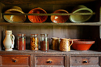 Deutschland, Baden-Wuerttemberg, Ortenaukreis, Gutach: Schwarzwaelder Freilichtmuseum Vogtsbauernhof - Kuechenregal im Hippenseppenhof | Germany, Baden-Wurttemberg, Gutach: Black Forest Open Air Museum Vogtsbauernhof - historic kitchen shelf in farmhouse Hippenseppenhof