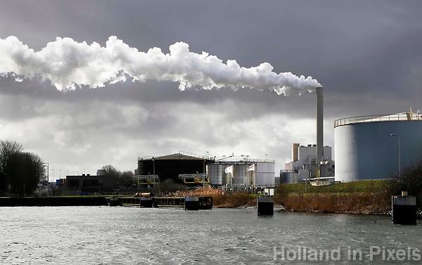 Nederland Amsterdam  2017. Noordzeekanaal.  De haven van Amsterdam. Rechtsachter de kolencentrale van Nuon aan de Hemweg. Foto Berlinda van Dam / Hollandse Hoogte