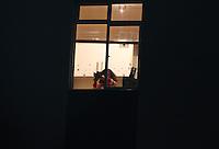 CURITIBA, PR, 05.05.2015: PANELAÇO-CURITIBA - Moradores do bairro Bigorrilho realizam panelaço durante o programa do PT na TV, em Curitiba, na noite desta terça-feira, 05. (Foto: Paulo Lisboa / Brazil Photo Press)