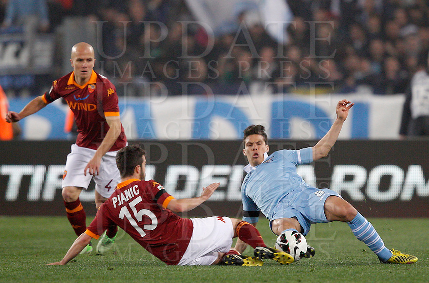 Calcio, Serie A: Roma vs Lazio. Roma, stadio Olimpico, 8 aprile 2013..Lazio midfielder Hernanes, of Brazil, right, is challenged by AS Roma midfielders Miralem Pjanic, of Bosnia, center, and Michael Bradley, of the United States, during the Italian Serie A football match between AS Roma and Lazio at Rome's Olympic stadium, 8 April 2013..UPDATE IMAGES PRESS/Riccardo De Luca