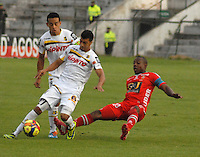 TUNJA - COLOMBIA -22 -03-2014: Gonzalo Martinez (Der.) jugador de Patriotas FC disputa el balón con Daniel Santa (Izq.) jugador de Alianza Petrolera, durante partido por la fecha 12 de la Liga Postobon I-2014, jugado en el estadio La Independencia de la ciudad de Tunja. / Gonzalo Martinez (R) player  of Patriotas FC vies for the ball with Daniel Santa (L) player of Alianza Petrolera, during a match for the date 12th of the Liga Postobon I-2014 at the La Independencia  stadium in Tunja city, Photo: VizzorImage  / Jose M. Palencia / Str. (Best quality available)