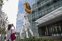 NOVA YORK, EUA, 05.09.2018 - ARTE-EUA - Obra do artista Donald Lipski instalada na entrada principal do hospital infantil de Hassenfeld na ilha de Manhattan nos Estados Unidos em junho de 2018. A estatua de um dálmata de 38 pés de altura, equilibrando um táxi amarelo, um carro Prius doado pela Toyota virou ponto turístico em Nova York . (Foto: Vanessa Carvalho/Brazil Photo Press)