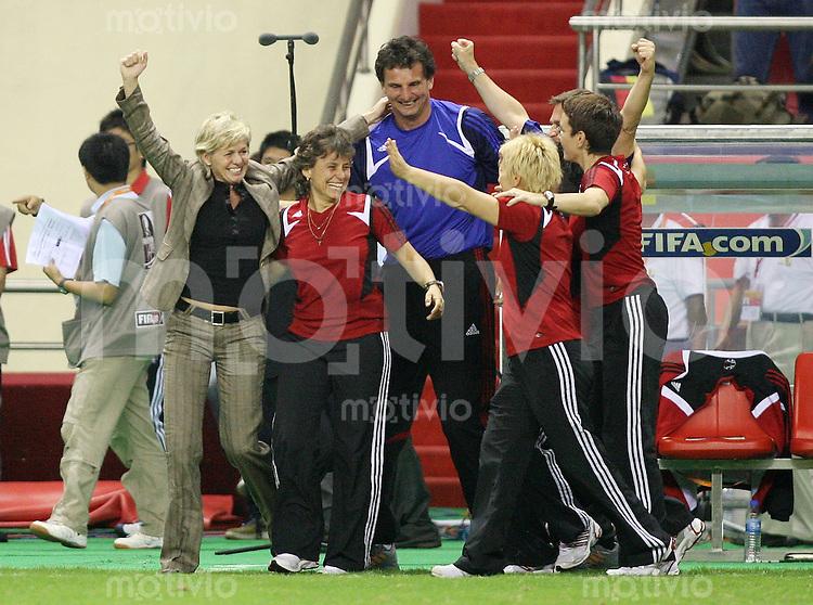 Fussball International Frauen WM China 2007 - FINALE Deutschland - Brasilien JUBEL GER nach dem Schlusspfiff; Trainerin Silvia Neid (li) mit Trainer- u. Betreuerstab