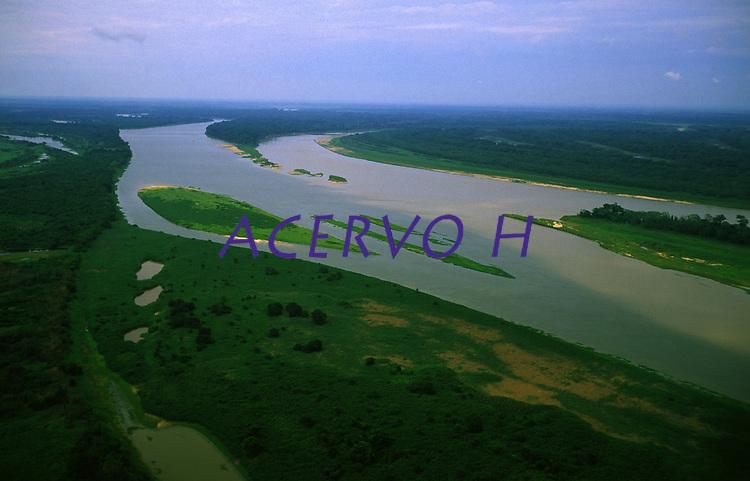 Encontro dos rios Mamoré, de águas marrons e Guaporé, de águas pretas. Os rios Guaporé e Mamoré formam a divisa entre Brasil (à esquerda) e Bolívia (à direita) - Rondônia