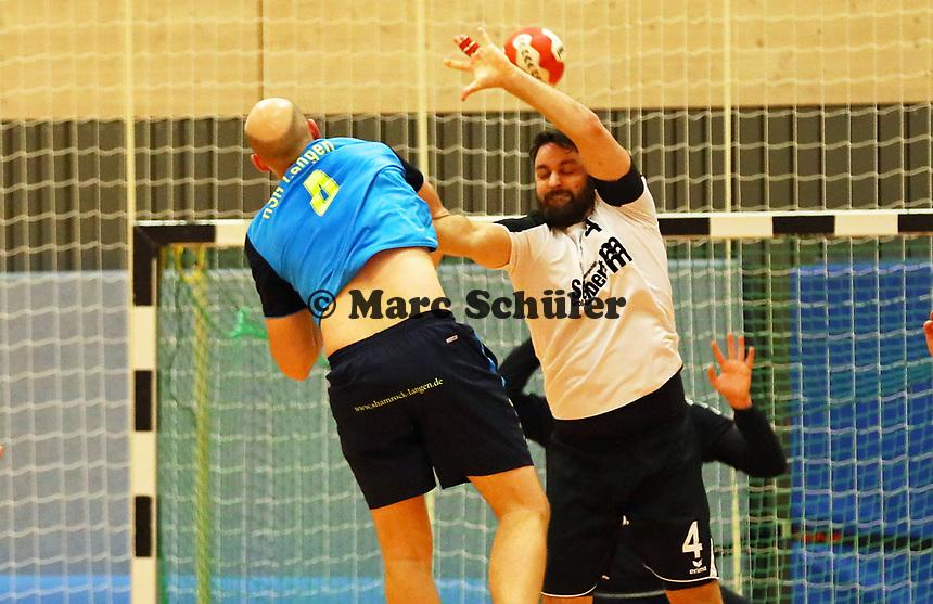 Moritz Kauffmann (Langen) wirft gegen Matthias Schwarz (Crumstadt/Goddelau) - Crumstadt 02.12.2018: ESG Crumstadt/Goddelau vs. HSG Langen