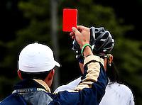 BOGOTA - COLOMBIA - 27-01-2017: Andres Jimenez (Izq.), juez muestra tarjeta roja Maria Camila Rivera (Der.) patinadora del Club Bogota Elite durante la prueba de los 1000 metros Juvenil Damas, en la IV Valida Nacional Interclubes de Carreras 2017 en el Patinodromo El Salitre de la ciudad de Bogota. / Andres Jimenez, referee, shows red card to Maria Camila Rivera (R), skater of Club Bogota Elite, during the test of the 1000 meters Junior Ladies, as part of the IV Interclubs National Valid of Speed Race 2017 at El Salitre Patinodromo in Bogota city Photo: VizzorImage / Luis Ramirez / Staff.