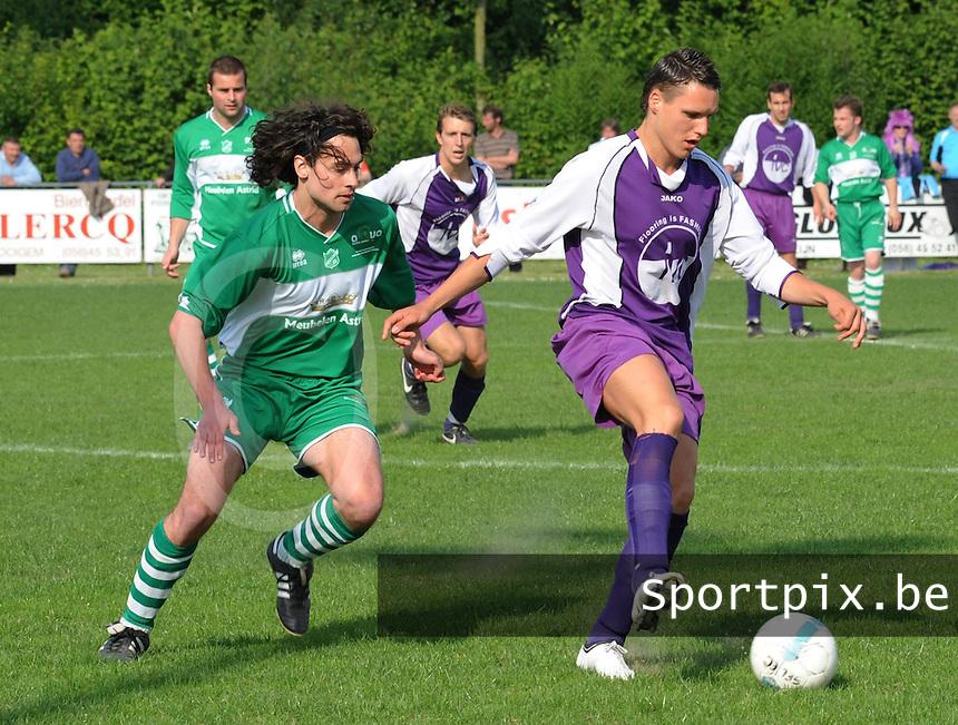 Helkijn Sport - KFC Lendelede.Steven Victor (links) jaagt op Mathias Cottenier (rechts).foto David Catry / VDB