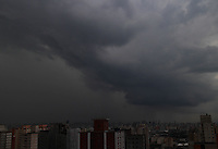 SAO PAULO, SP, 13 DEZEMBRO 2012 - CLIMA TEMPO CAPITAL PAULISTA - Nuvens carregadas sobre a capital paulista no final da tarde dessa Quinta-feira(13). FOTO: LUIZ GUARNIERI / BRAZIL PHOTO PRESS).