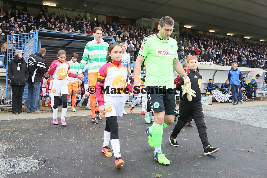 Einlaufkinder der TSG Worfelden mit den Spielern der SpVgg. Greuther Fuerth - SV Darmstadt 98 vs. SpVgg. Greuther Fuerth, Stadion am Boellenfalltor