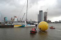 13-02-2005,Rotterdam, ABNAMRO , Officiele opening toernooi, Richard Krajicek, raemon Sluiter en Roger Federer slaan ballen vanaf de ABNAMRO boot naar een grote bal in de lucht.