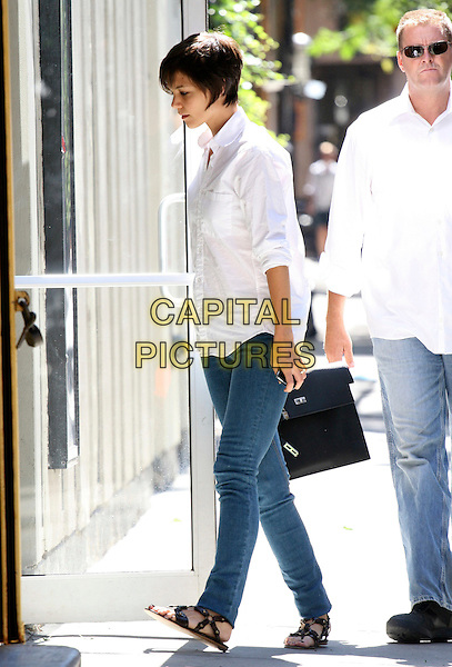 "KATIE HOLMES.A tired looking Katie Holmes after jetting in from Los Angeles where she attended the Premiere of ""Tropic Thunder"" last night with husband Tom Cruise, Greenwich Village, New York, NY, USA..August 12th, 2008.full length skinny jeans denim white shirt bag black leather sandals profile.CAP/LNC/DER.©DER/LNC/Capital Pictures."