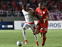 CALI - COLOMBIA, 28-02-2019: Juan Pablo Segovia del América disputa el balón con Fabio Burbano del Santa Fe durante partido por la fecha 7 de la Liga Águila I 2019 entre América de Cali e Independiente Santa Fe jugado en el estadio Pascual Guerrero de la ciudad de Cali. / Juan Pablo Segovia of America struggles the ball with Fabio Burbano of Santa Fe during match for the date 7 as part of Aguila League I 2019 between America Cali and Independiente Santa Fe played at Pascual Guerrero stadium in Cali. Photo: VizzorImage / Gabriel Aponte / Staff