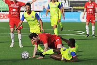 FC GULLEGEM - SK LONDERZEEL :<br /> Lennart Sampers (M) gaat neer in een duel met Thomas Nzinga Ngimbi (R) en Redouan Aalhoul (L)<br /> <br /> Foto VDB / Bart Vandenbroucke