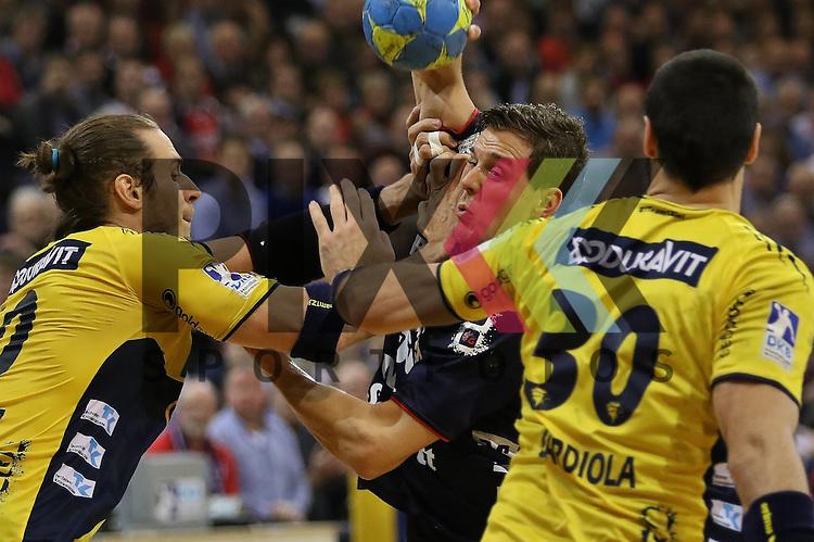 Flensburg, 02.12.15, Sport, Handball, DKB Handball Bundesliga, Saison 2015/2016, SG Flensburg-Handewitt-Rhein-Neckar L&ouml;wen :  Kim Ekdahl Du Rietz (Rhein-Neckar L&ouml;wen, #60), Kentin Mah&eacute; (SG Flensburg-Handewitt, #35)<br /> <br /> Foto &copy; PIX-Sportfotos *** Foto ist honorarpflichtig! *** Auf Anfrage in hoeherer Qualitaet/Aufloesung. Belegexemplar erbeten. Veroeffentlichung ausschliesslich fuer journalistisch-publizistische Zwecke. For editorial use only.