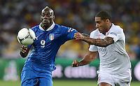 FUSSBALL  EUROPAMEISTERSCHAFT 2012   VIERTELFINALE England - Italien                     24.06.2012 Mario Balotelli (li, Italien) gegen Glen Johnson (re, England)