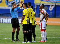 FLORIDABLANCA -COLOMBIA, 14-02-2015:  Juan Ponton arbitro organiza la barrera durnate el encuentro entre Alianza Petrolera e Independiente Santa Fe por la fecha 4 de la Liga Aguila I 2015 disputado en el estadio Alvaro Gómez Hurtado de la ciudad de Floridablanca./ Juan Ponton referee tries to organizes the  barrier durante el encuentro entre Alianza Petrolera and Independiente Santa Fe for the 4th date of the Aguila League I 2015 played at Alvaro Gomez Hurtado stadium in Floridablanca city Photo: VizzorImage / Jose Martinez / Cont