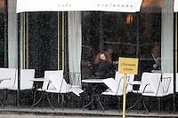 PAP0213404.FLORENCE CASSEZ seule à la terrasse du café L'Esplanade sur les Invalides en train de savourer sa liberté retrouvé.PAP0213404.FLORENCE CASSEZ seule à la terrasse du café L'Esplanade sur les Invalides en train de savourer sa liberté retrouvé. /NortePhoto