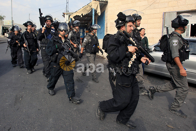 Israeli border policemen patrol the roads in Jerusalem neighborhood of Jabal al-Mokaber on October 19, 2015. Israeli police began erecting a wall in east Jerusalem to protect a Jewish neighbourhood subject to firebomb and stone attacks launched from an adjacent Palestinian village. Photo by Mahfouz Abu Turk