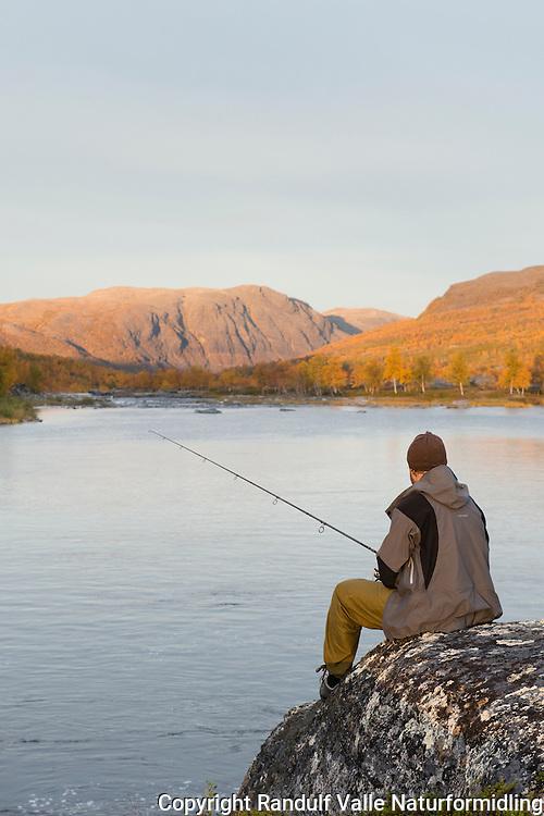 Mann fisker i Stabburselva. ---- Man fishing.