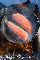 Amérique/Amérique du Nord/Canada/Québec/Mauricie/Saint-Alexis-des-Monts:  A la Pourvoirie du Lac Blanc Gaston le trappeur à la pêche blanche aux truites du lac ,cuisson du poisson sur le feu de bois