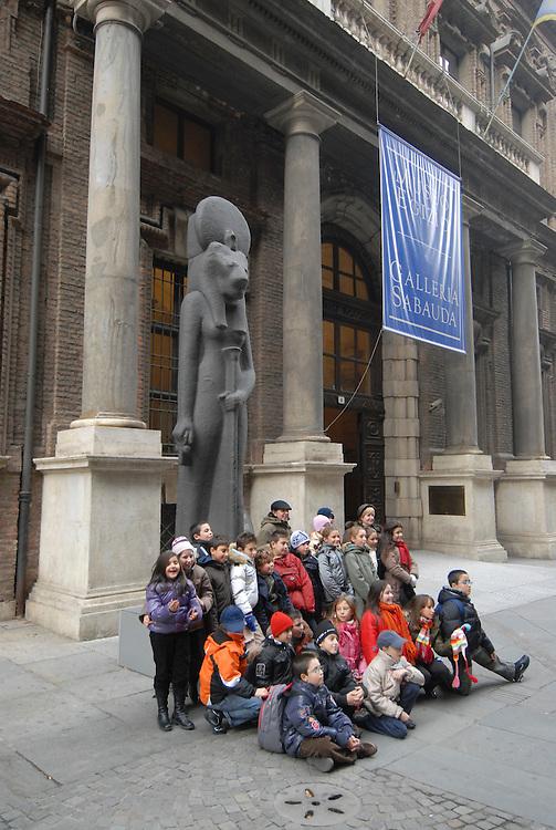 Foto di gruppo davanti al Museo Egizio. Group photograph in front of the Egyptian Museum