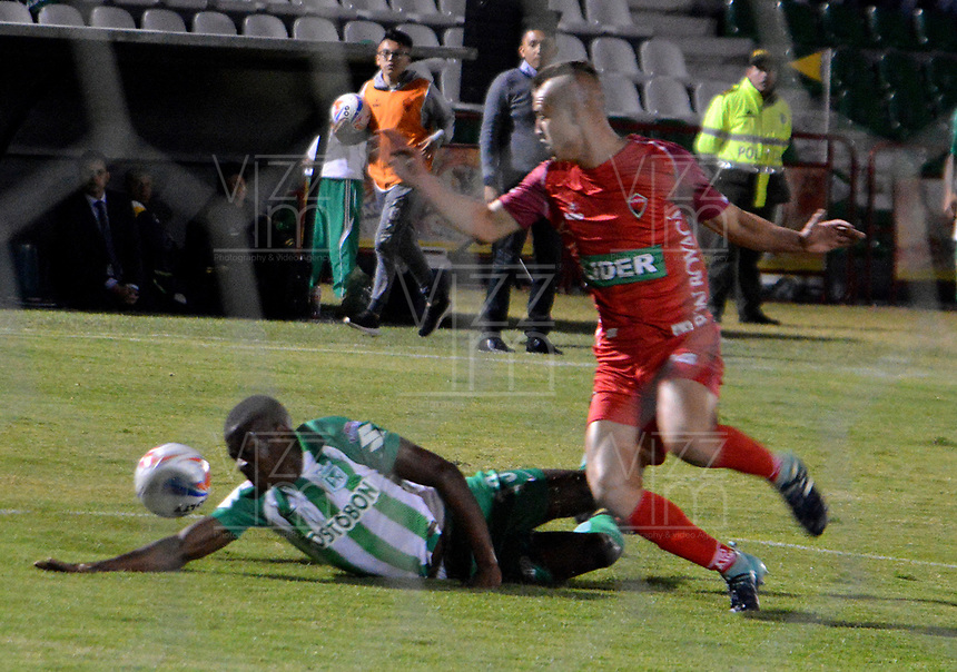 TUNJA - COLOMBIA - 15 - 02 - 2018: Federico Arbelaez (Der.) jugador de Patriotas F. C., disputa el balón con Helibenton Palacios (Izq.) jugador de Atletico Nacional, durante partido entre Patriotas FC y Atletico Nacional, de la fecha 3 por la Liga de Aguila I 2018 en el estadio La Independencia en la ciudad de Tunja. / Federico Arbelaez (R) of Patriotas F. C., figths the ball with Helibenton Palacios (L) player of Atletico Nacional, during a match between Patriotas F. C. and Atletico Nacional, of the date 3rd for the Liga de Aguila I 2018 at La Independencia stadium in Tunja city. Photo: VizzorImage  /  Jose Miguel Palencia / Cont. (Mejor Calidad Disponible / Best Quality Available)